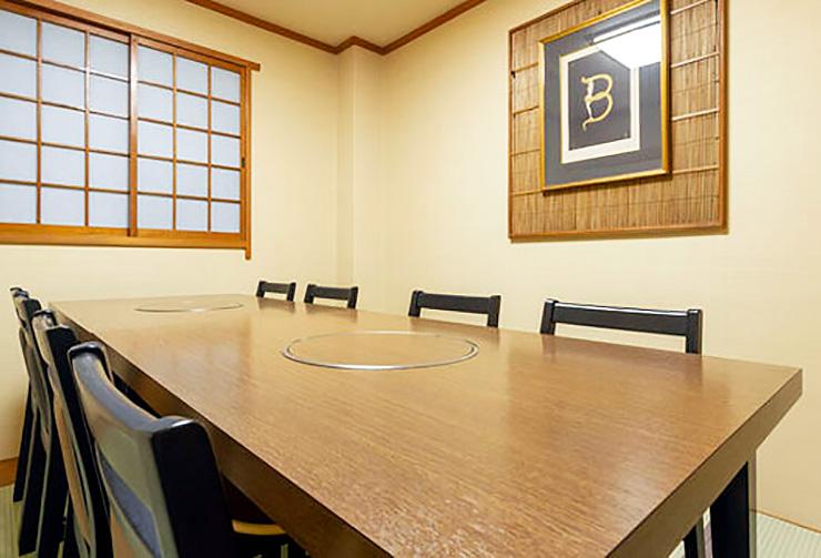 最大8名様までご利用可能な2階の完全個室「金の間」。