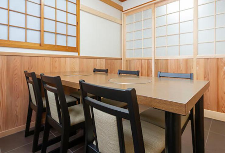 最大6名様までご利用可能なテーブル席の完全個室「松の間」。