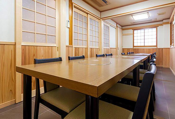 2階テーブル席可変式個室は最大16名様までご利用可能「松+竹+梅の間」。
