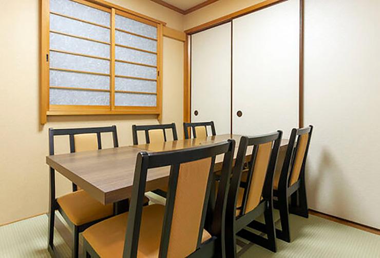 最大6名様までご利用可能なテーブル席の完全個室「蘭の間」。