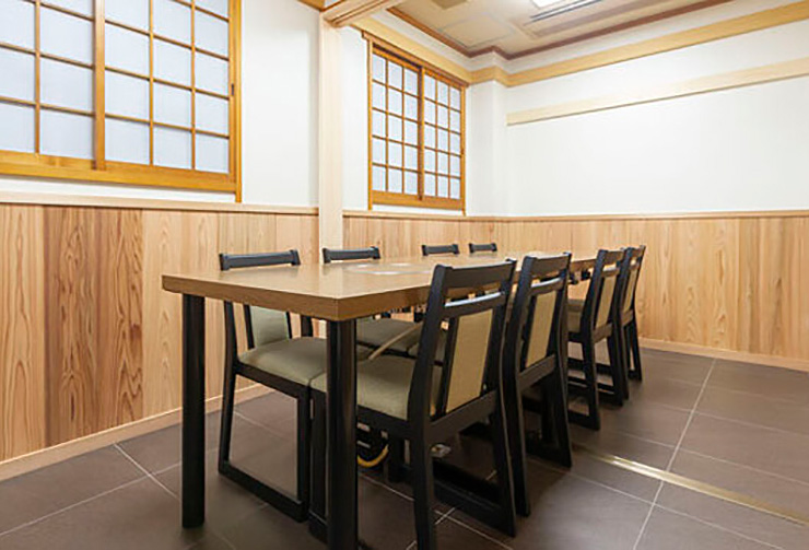2階テーブル席可変式個室レイアウトの一例「竹+梅の間」。(8名様仕様)