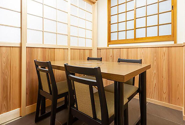 最大4名様までご利用可能なテーブル席の完全個室「梅の間」。