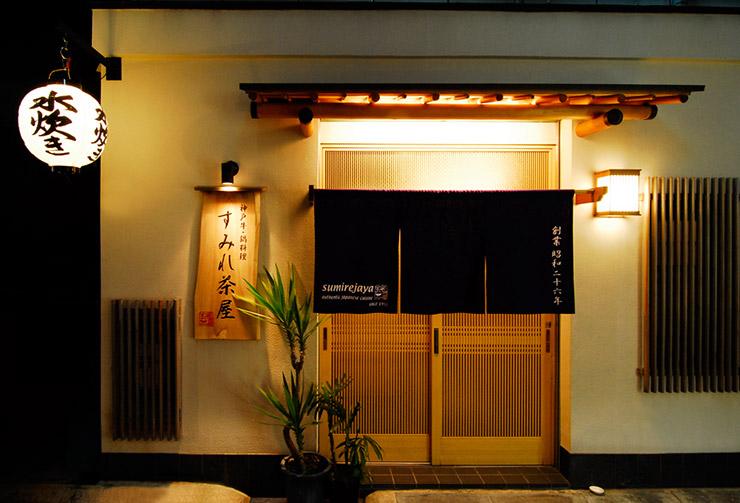 提灯と暖簾が印象的な小路に面したエントランス。