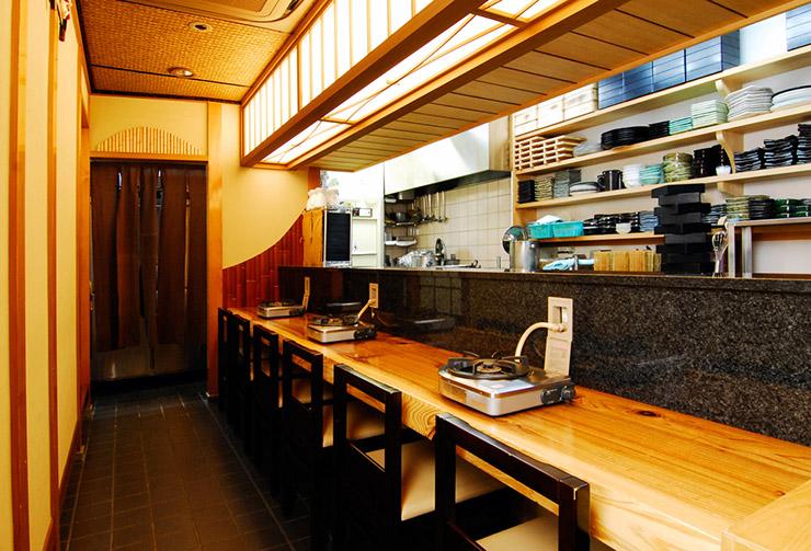 1階厨房前には6席のカウンター席をご用意。