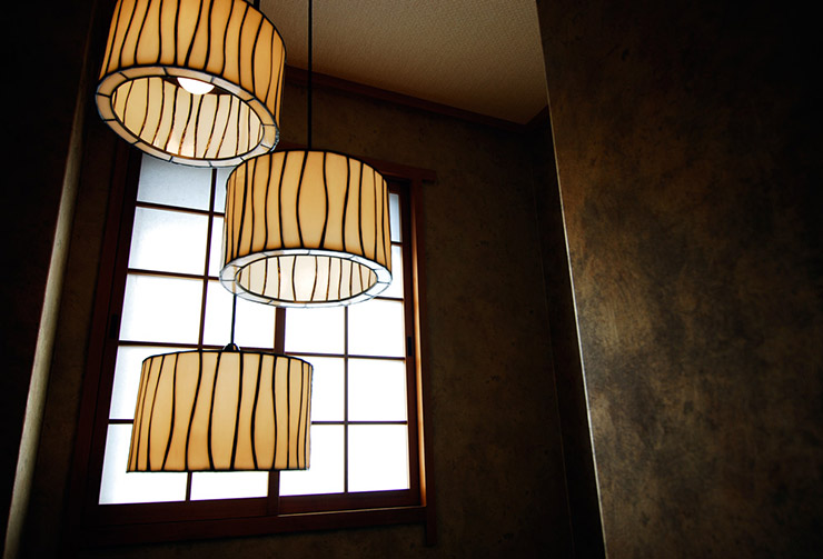 大小様々な個室をご用意した2階へは風情ある階段で。