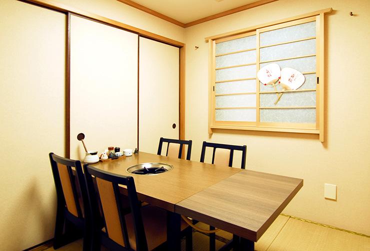 1階のテーブル席可変式個室レイアウトの一例。(4名様仕様)