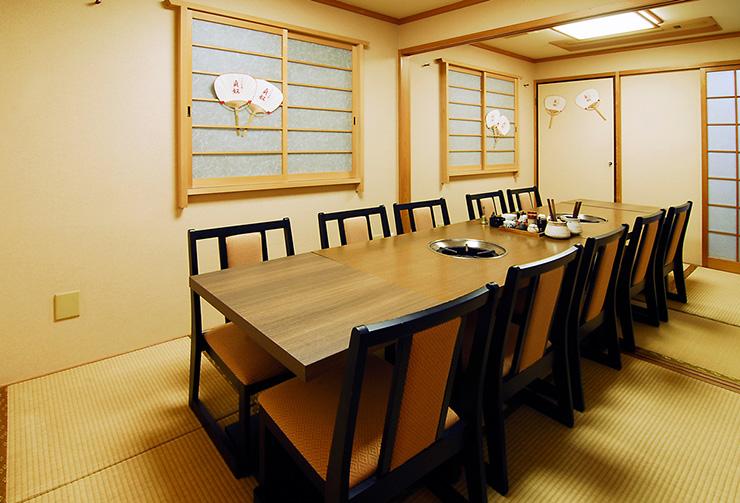1階のテーブル席可変式個室レイアウトの一例。(10名様仕様)